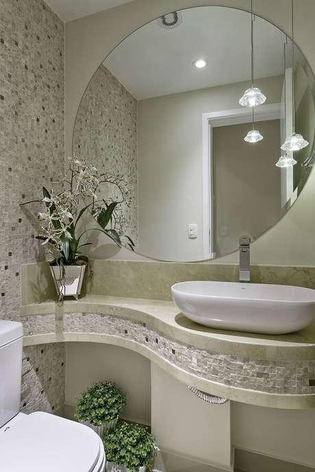14. O apoio de cuba para banheiro segue um formato orgânico. Projeto por Iara Kilaris