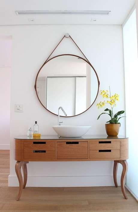 1. Restaure um aparador de madeira e utilize a peça para acomodar a cuba de apoio para banheiro. Projeto por Move Móvel