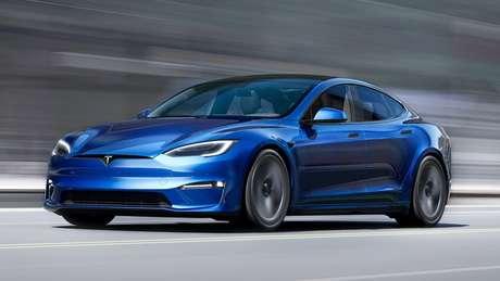 Dianteira do Tesla Model S 2021 ganhou um novo para-choque, com entradas de ar com linhas minimalistas, e a adoção de apliques em tom escurecido.