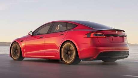 Traseira do Tesla Model S ganhou um extrator no para-choque e um spoiler na tampa do porta-malas, com apliques em tom escurecido.