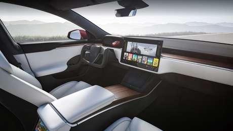 Totalmente renovado, o interior do Model S 2021 ganhou uma tela multimídia de 17'' com em posição horizontal, além de um volante tipo manche.