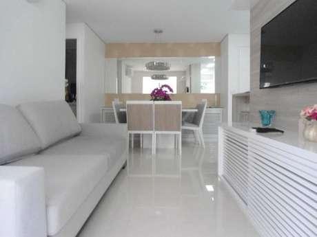 55. Porcelanato branco na sala de estar – Via: Condecorar Arquitetura e Interiores