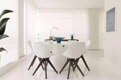 40. Piso branco com paredes e cadeiras – Via: Marília Veiga