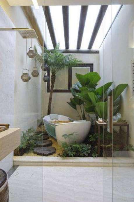 1. Jardim de inverno com teto vazado permite a entrada de luz natural