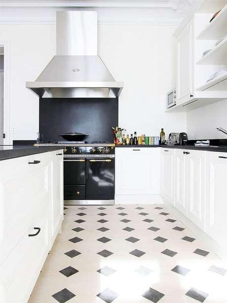 20. Piso branco e preto na cozinha – Via: Arkpad