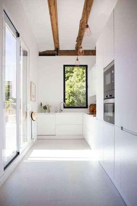 28. Cozinha com piso branco liso – Via: Delikatissen