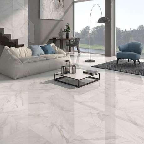47. Piso que imita mármore branco – Via: Revestindo a casa