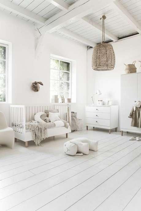 26. Piso branco laminado para quarto de bebê – Via: Seven Couhes