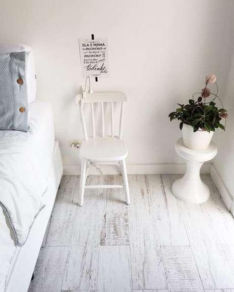 24. Piso laminado branco no quarto clean – Via: Pinterest