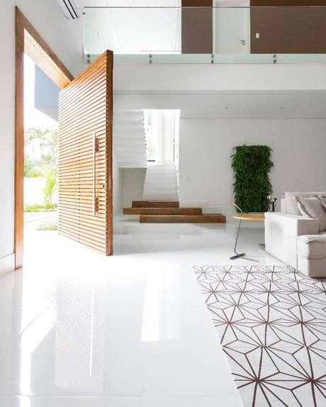 43. Sala com piso branco de porcelanato – Via: Pinterest