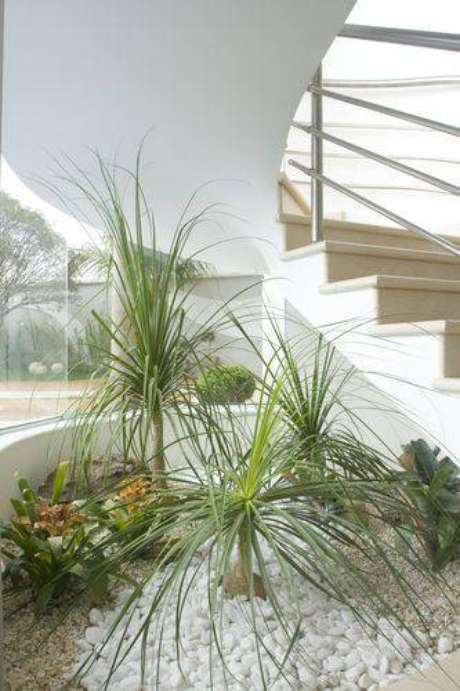 6. Jardim de inverno abaixo da escada é uma ótima forma de aproveitar o espaço