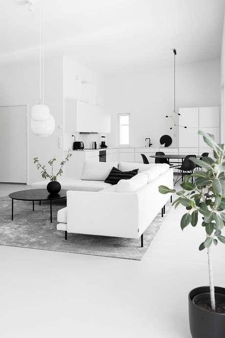 7. Sala de estar branca com detalhes pretos – Via: Design Setter