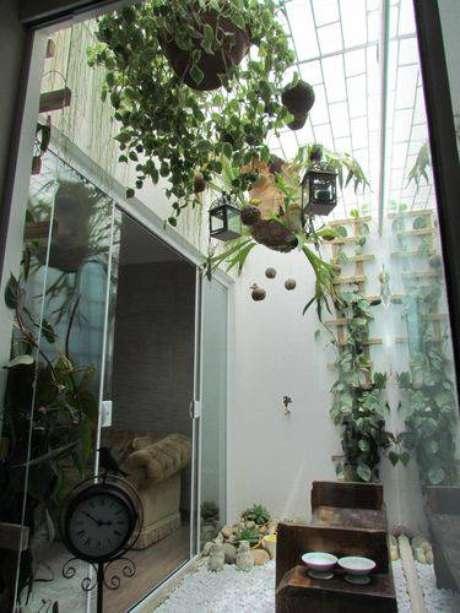 2. Você colocar plantas suspensas para criar um jardim de inverno aconchegante