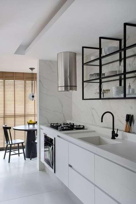 38. Cozinha branca com móveis pretos – Via: Studio Roca