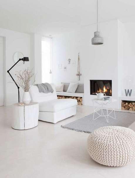 1. Sala branca e clean com piso laminado – Via: Pinterest