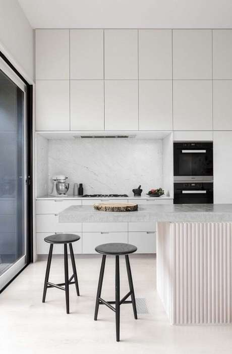33. Piso branco na cozinha moderna e clara – Via: Italian Bark