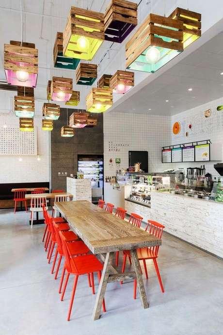 30. Cozinha colorida com piso branco – Via: Reciclar e Decorar