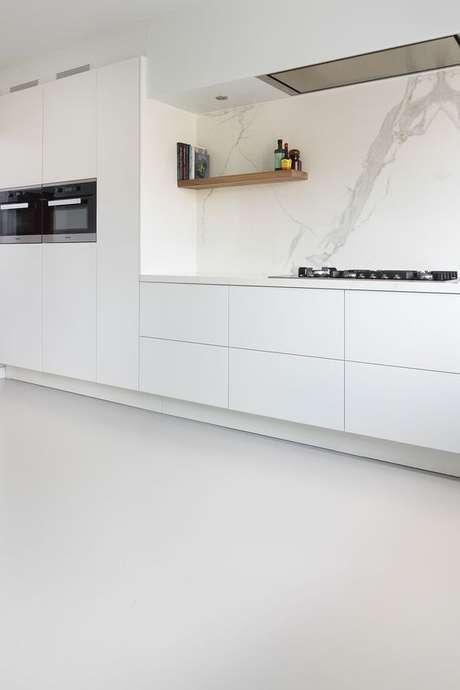 27. Piso branco liso – Via: Residential Flooring