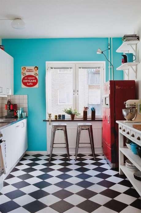 9. Cozinha retrô com piso preto e branco – Via: Arquitrecos
