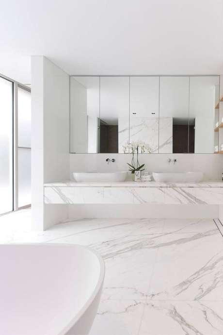 58. Banheiro com piso porcelanato branco marmorizado – Via: Limão nágua