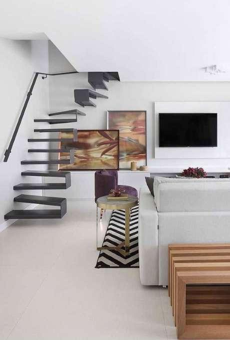 50. Sala moderna com piso branco liso – Via: Decor Fácil