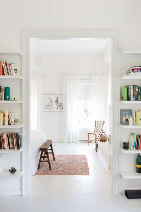 10. Casa com piso branco – Via: Domino Magazine