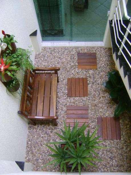 22. Jardim de inverno aconchegante ao lado da escada