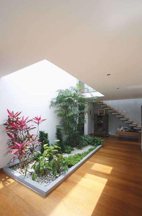 33. Jardim de inverno na sala com canteiro de plantas – Via: Pinterest