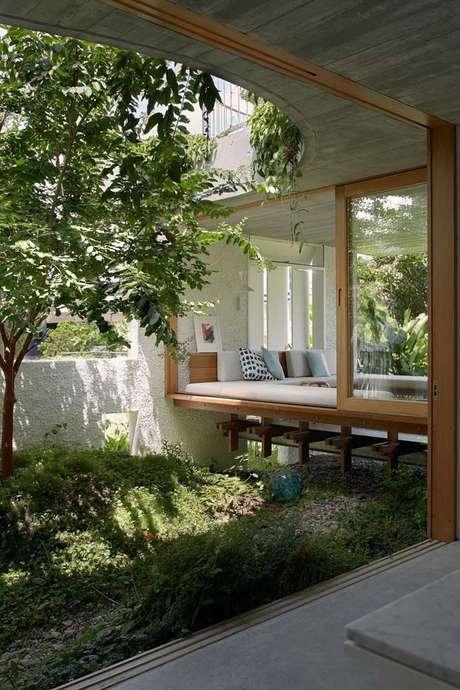 36. Jardim de inverno na sala com janela de vidro – Via: Pinterest