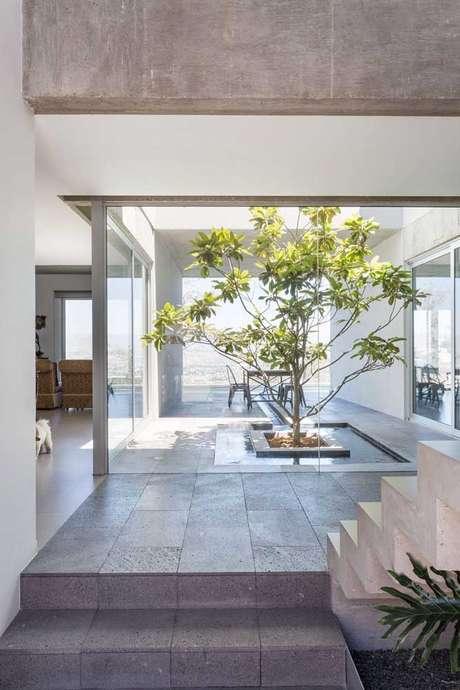 35. Jardim de inverno na sala com janela de vidro – Via: Pinterest