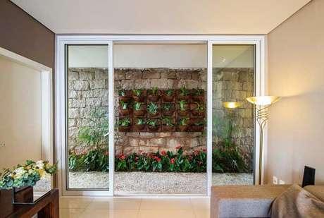 39. Jardim de inverno na sala com plantas e flores – Via: Pinterest
