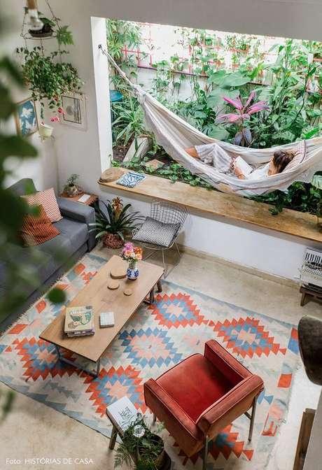 60. Jardim de inverno na sala de estar com rede – Via: Histórias de Casa
