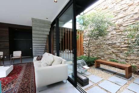 44. Jardim de inverno na sala de estar confortável – Via: ZA Arquitetura