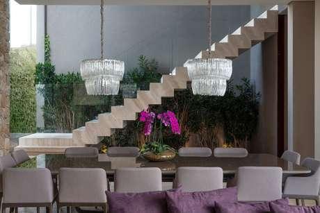 45. Jardim de inverno na sala de jantar moderna – Via: Revista VD