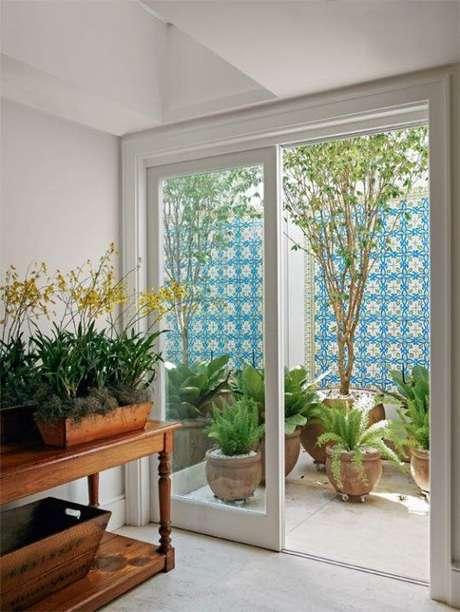 52. Jardim de inverno na sala com vasos de plantas – Via: Simplichique