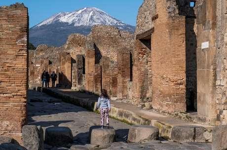 Turista usa máscara contra a covid-19 entre as ruas das escavações arqueológicas de Pompéia no primeiro dia da reabertura