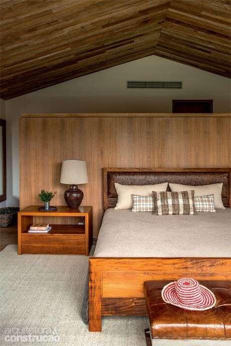 30. Parede revestida de madeira no quarto rústico – Via: Arquitetura e Construção