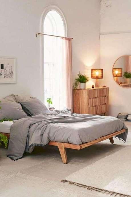 58. Móveis de madeira no quarto rústico – Via Urban Outfitters