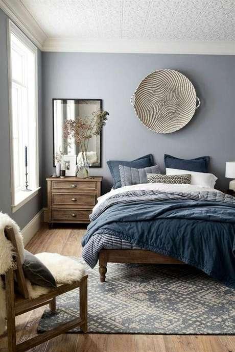 25. Móveis de madeira no quarto rústico e azul – Via: Domino