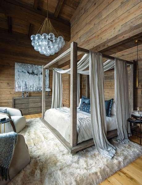 23. Cama de madeira com dossel e cortinas – Via: Mountain Living