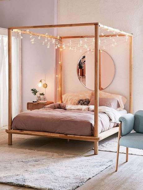 2. Cama de madeira com dossel enfeitado – Via: Casa Vogue