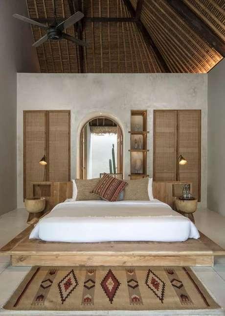 26. Cama de madeira com tapete estampado – Via: Casa Vogue