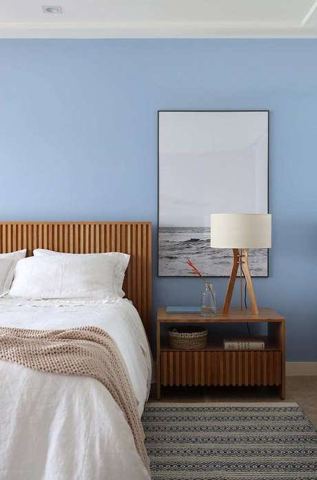 44. Azul é uma cor linda para decorar seu quarto com móveis de madeira – Via: Casa de Valentina