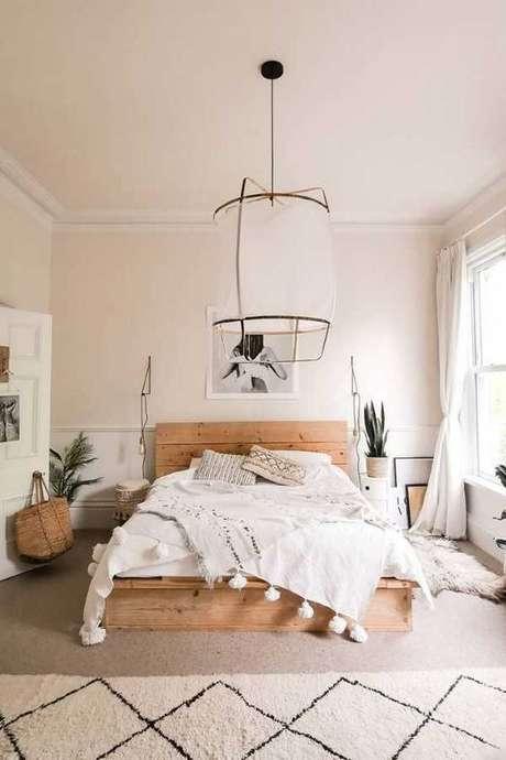 49. Cama de madeira rustica no quarto branco e clean – Via: Pinterest
