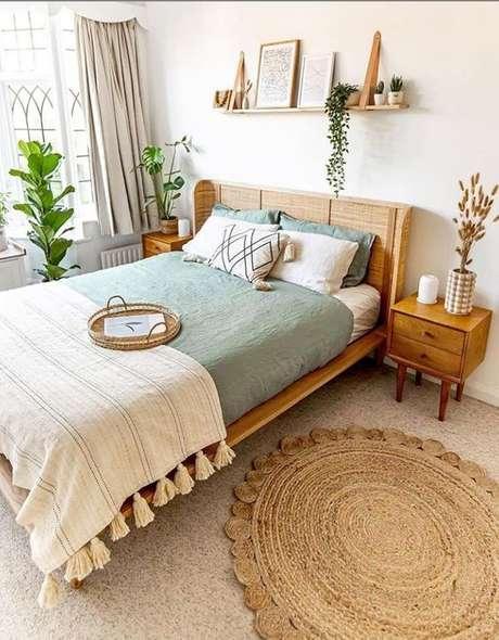 9. Cama de madeira no quarto rústico – Via: Lily Fashion Style