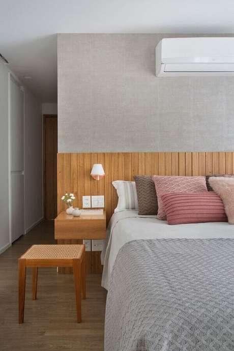 14. Cabeceira de cama de madeira com almofadas cor de rosa – Via: Revista VD