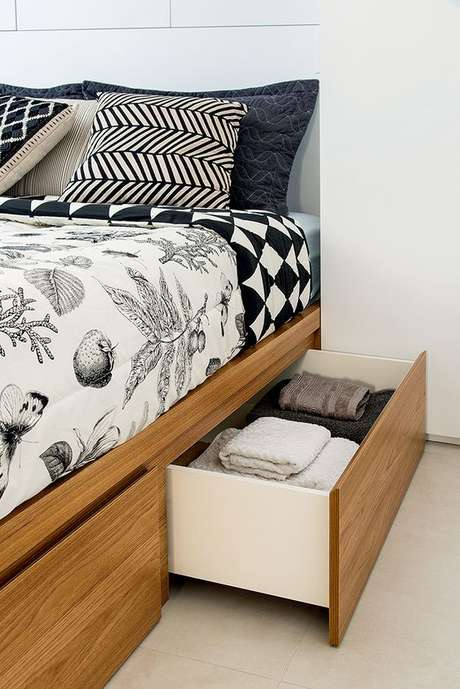5. A cama de madeira com gavetas é super prática – Via: Minha Casa Abril