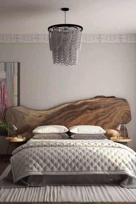 18. Cabeceira de madeira no quarto rustico – Via: Revista VD
