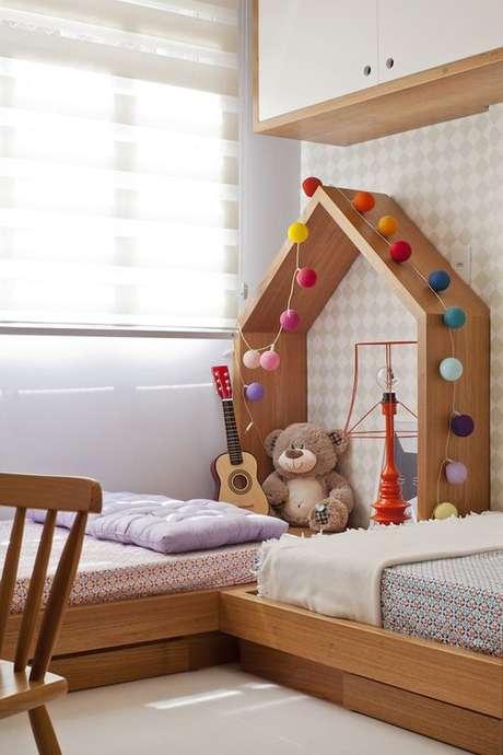 7. Quarto com cama de madeira infantil – Via: Constance Zahn
