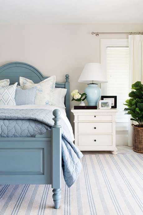 10. Cama de solteiro de madeira azul – Via: House of Turquoise